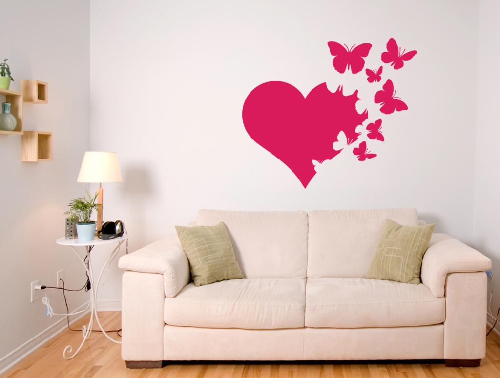 Бабочки и сердце в декоре гостиной