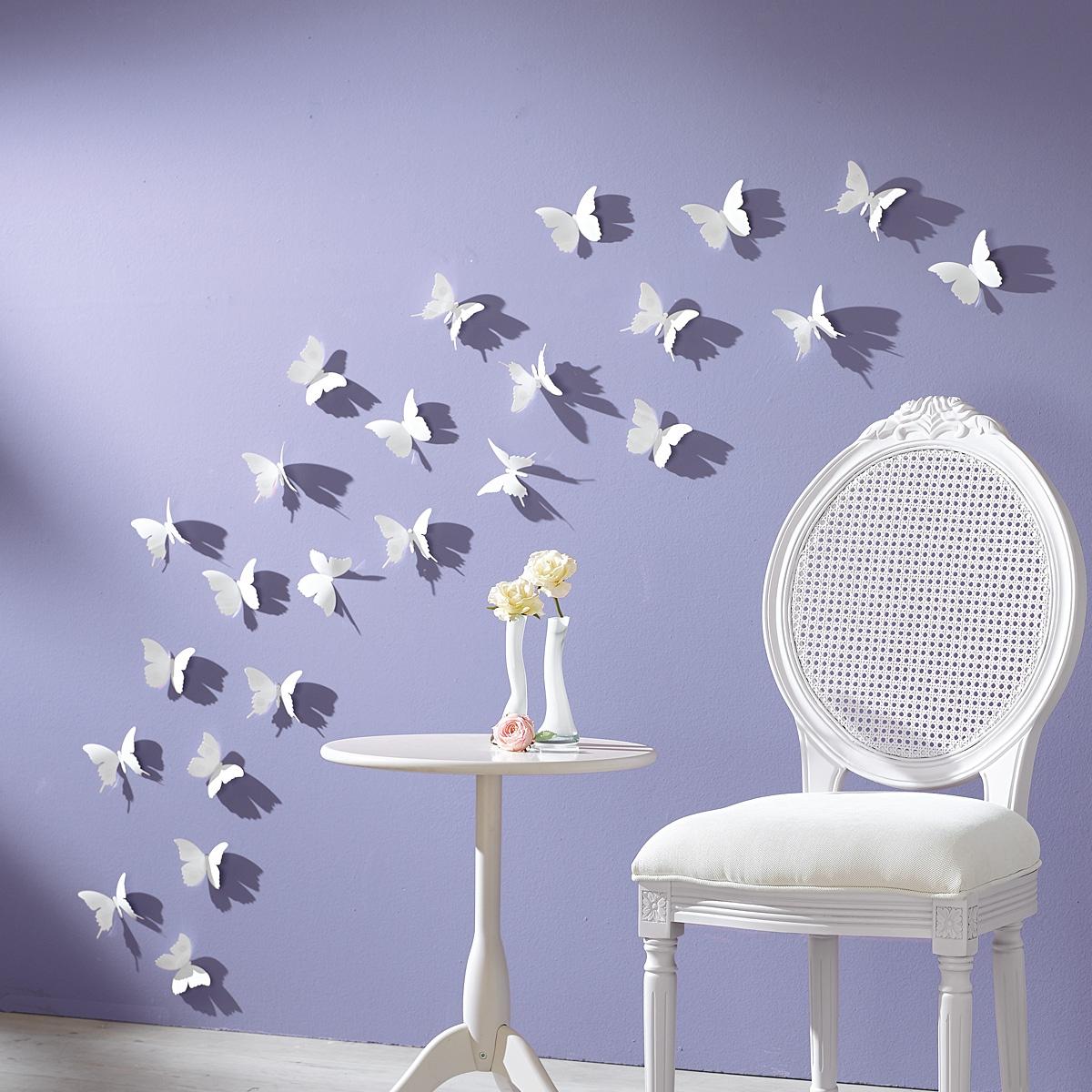 Белые бабочки на сиреневой стене