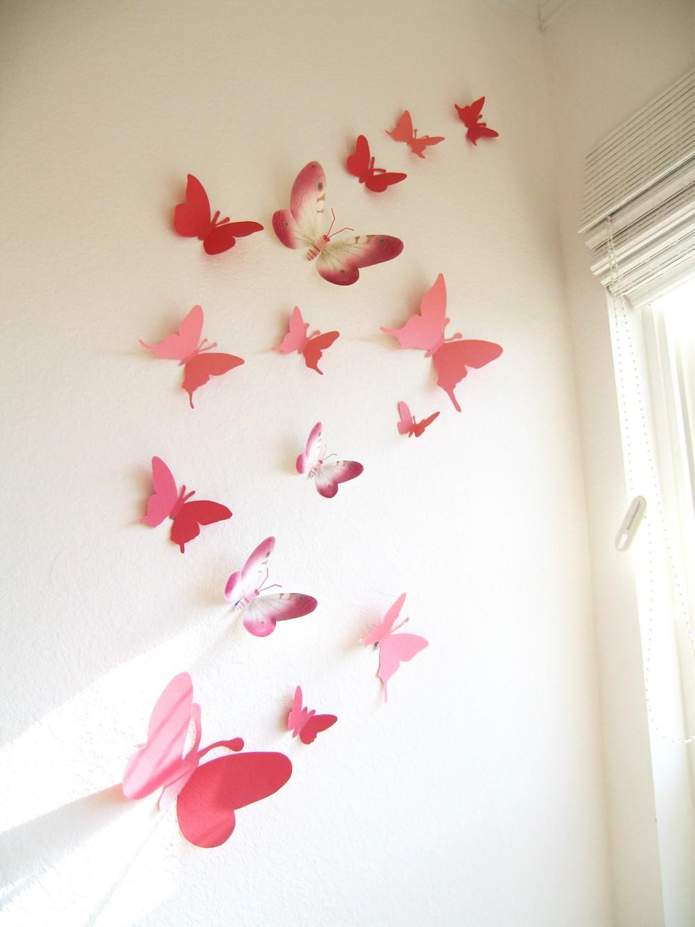 Коралловые бабочки на белой стене