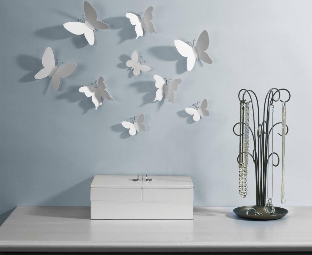 Бабочки из белой бумаги и проволоки в декоре стены