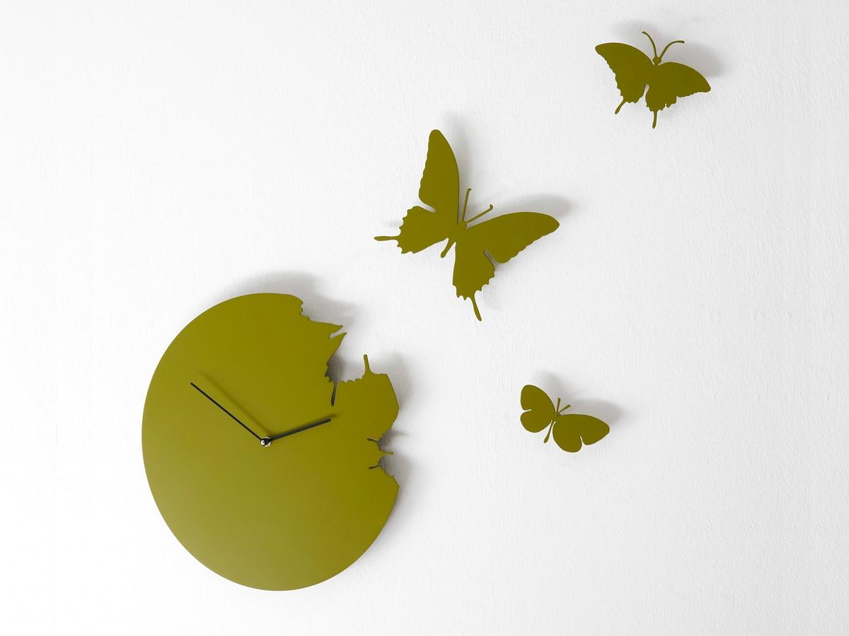 Часы с бабочками в интерьере