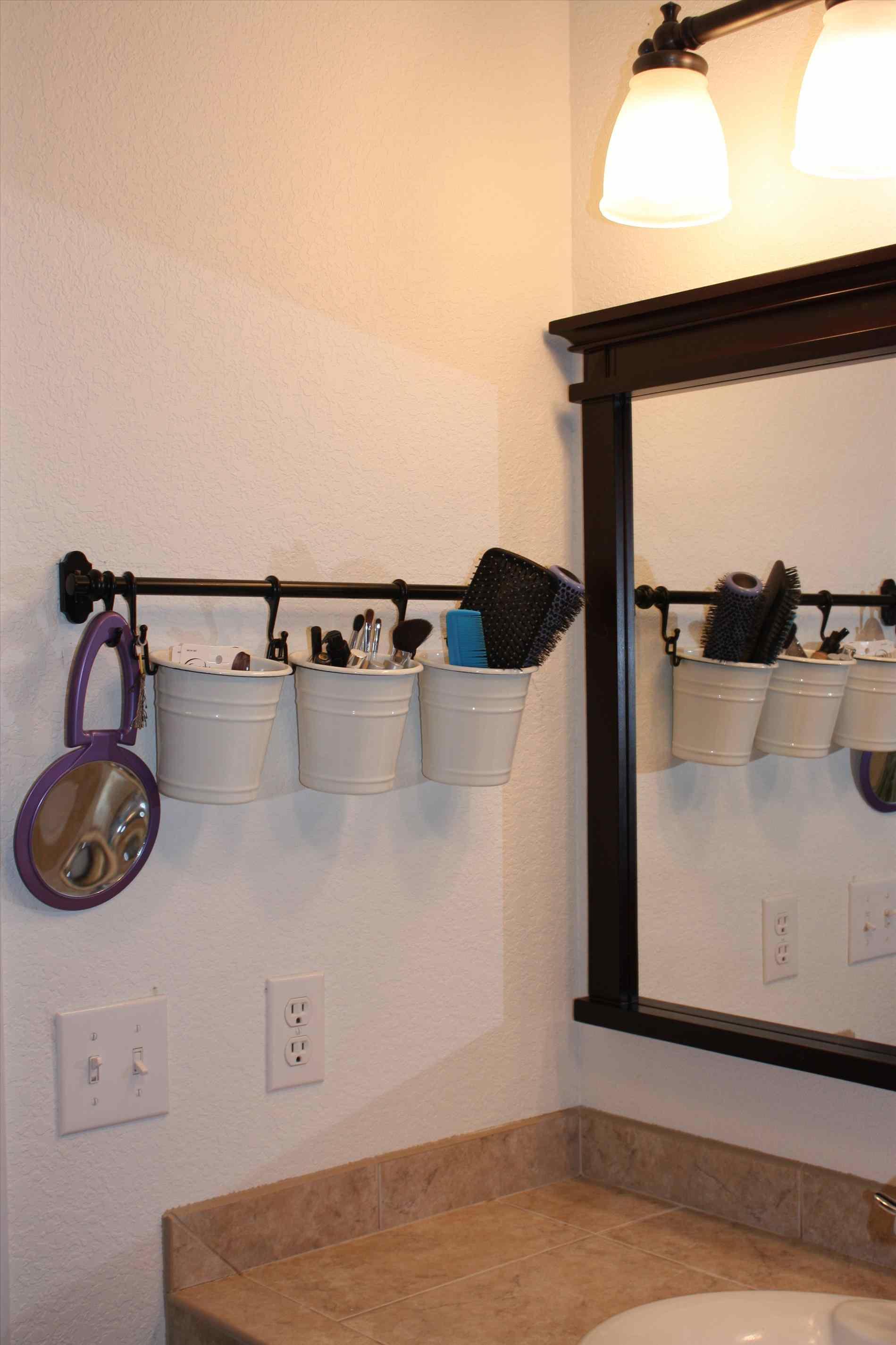 Полка в виде баночек в ванной