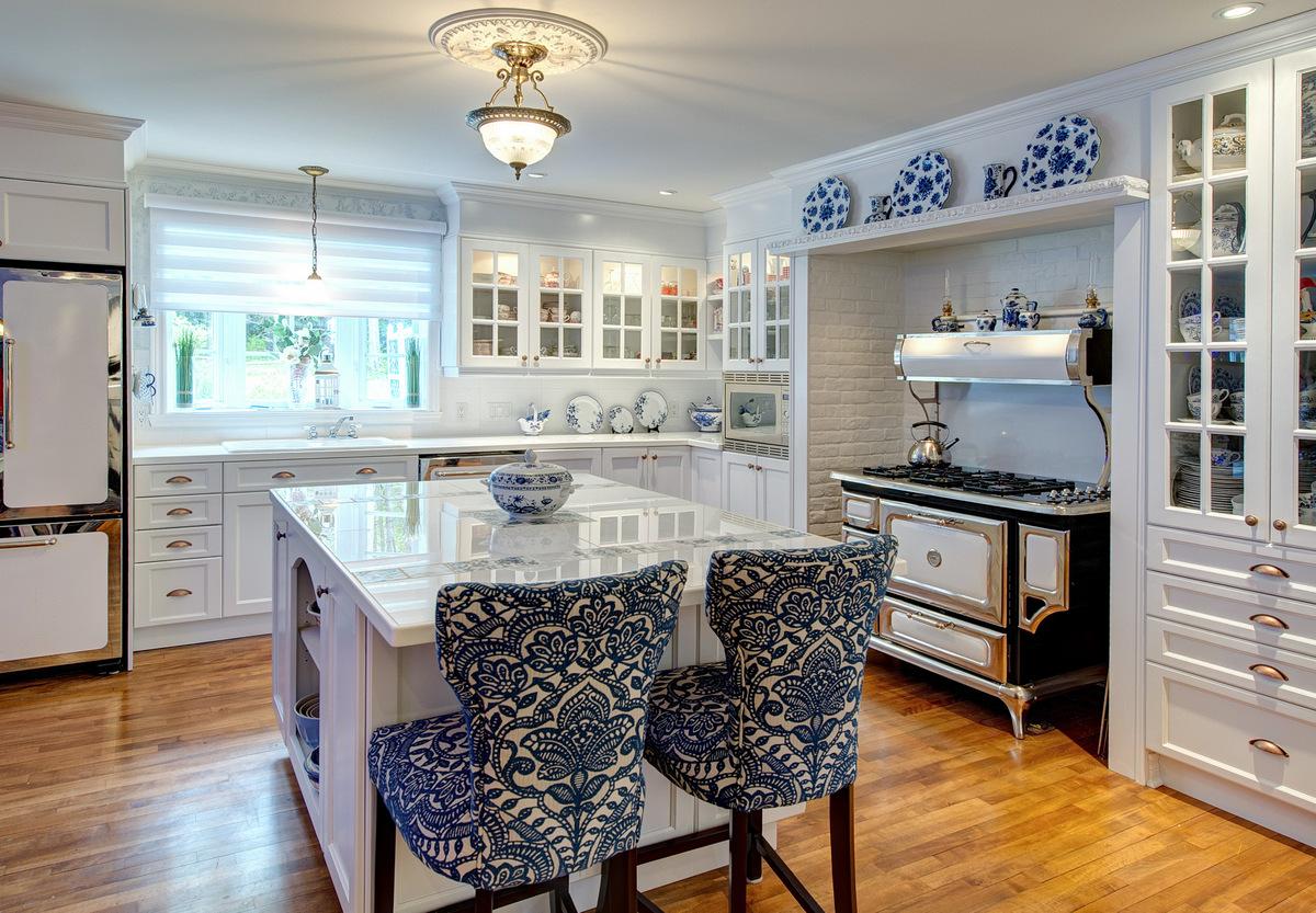 Белая кухня 14 кв. м