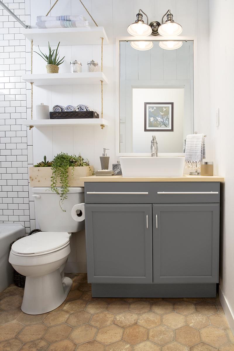 Белые полки в ванной