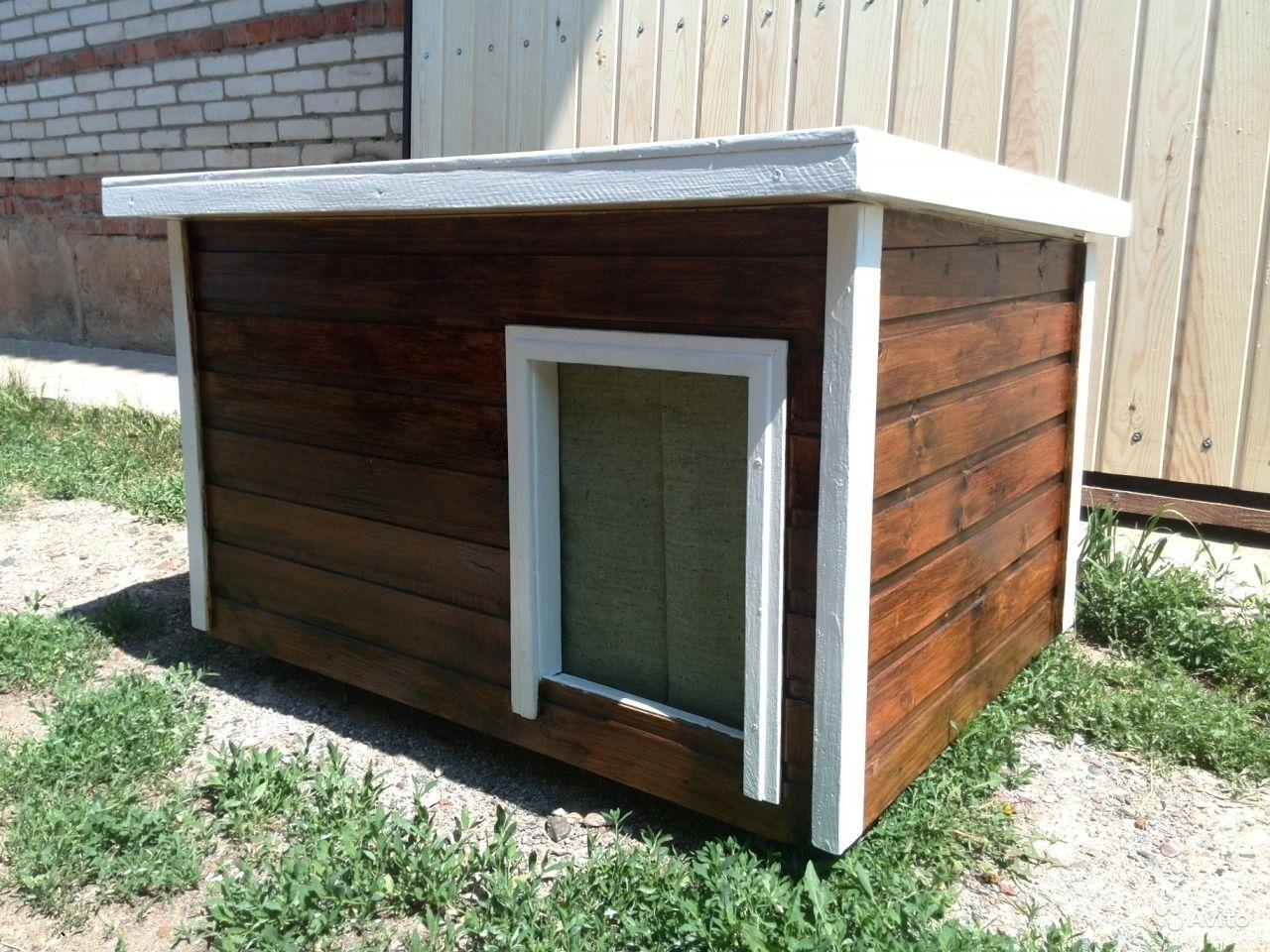 Коричнево-белая будка с плоской крышей для собаки