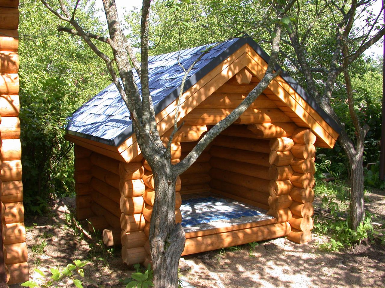 Летняя будка для собаки из бревен