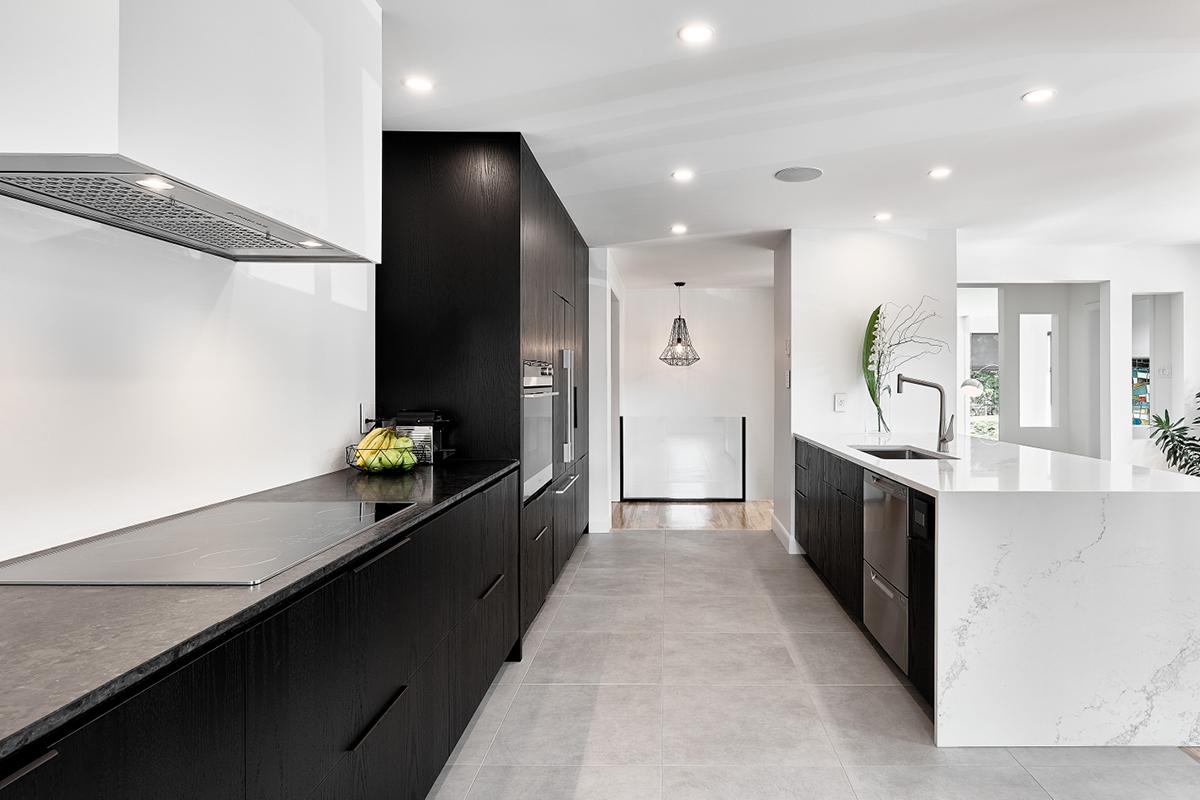 Дизайн кухни 20 кв м черно-белый