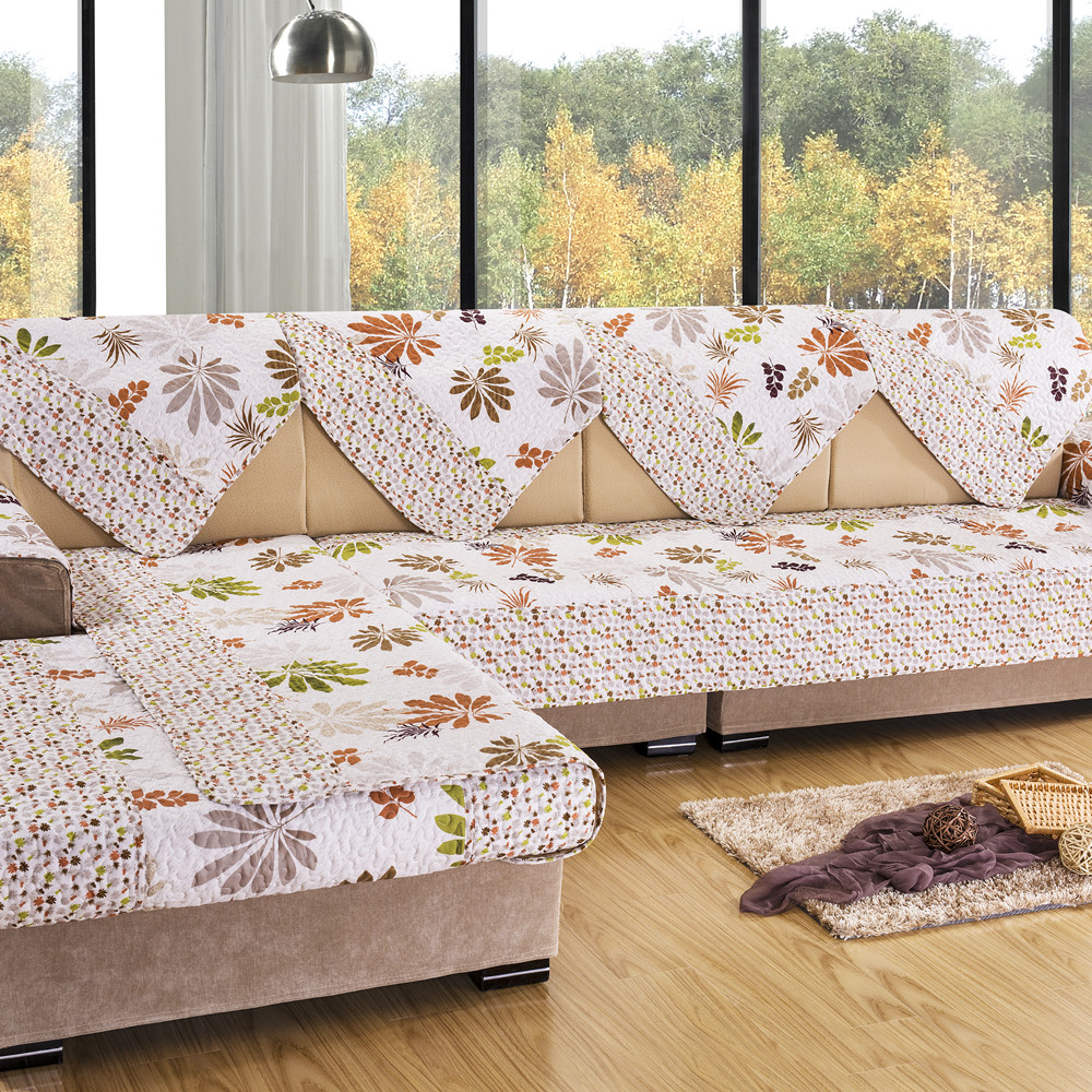 Разноцветный чехол на угловой диван в гостиной