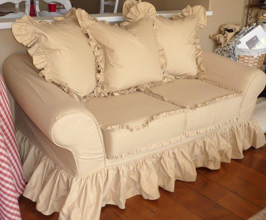 Бежевый красивый чехол на маленький диван