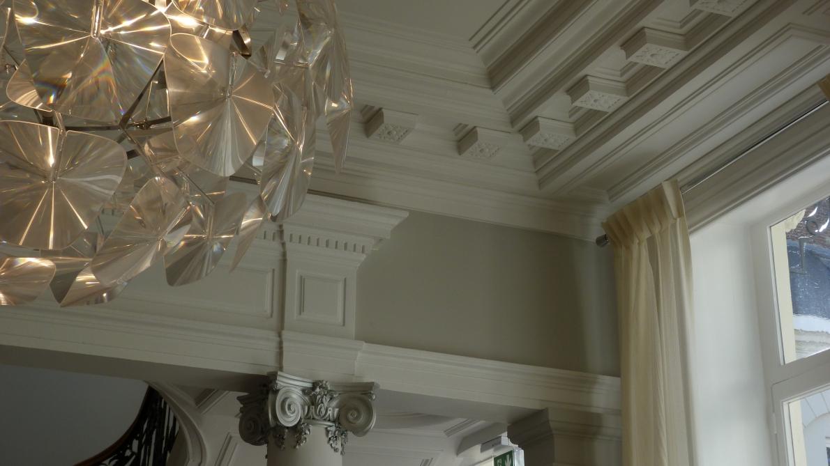 Плинтус на потолок классический