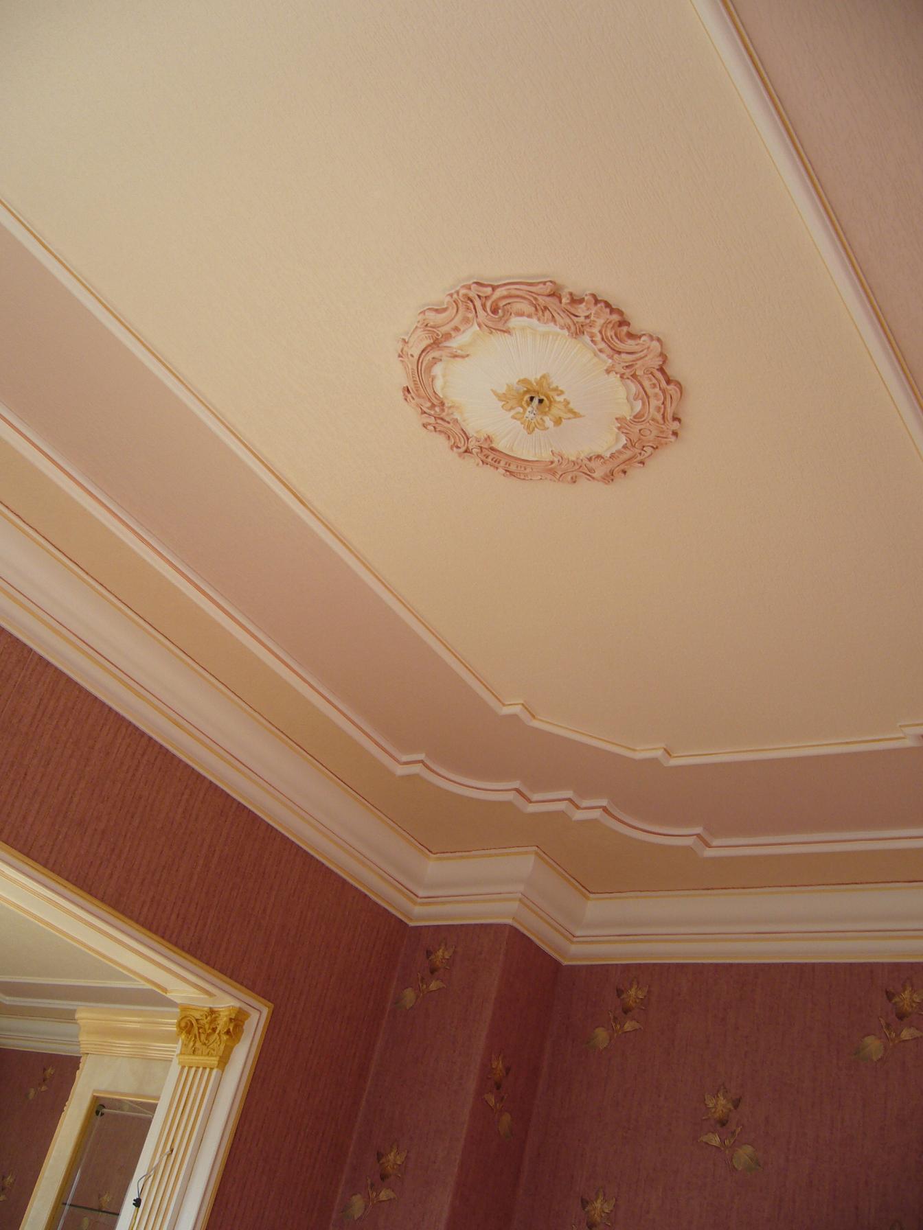 Плинтус на потолок цветной