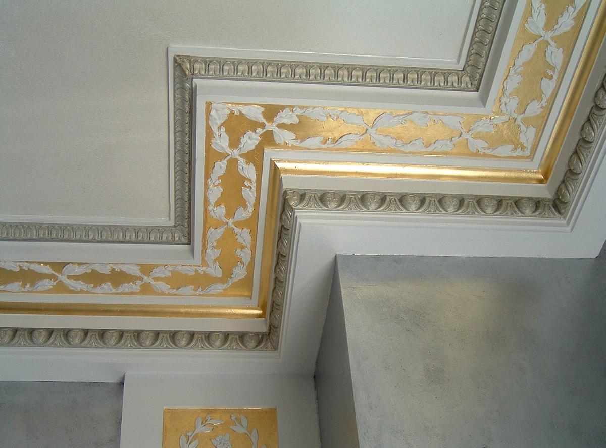 Плинтус на потолок декоративный