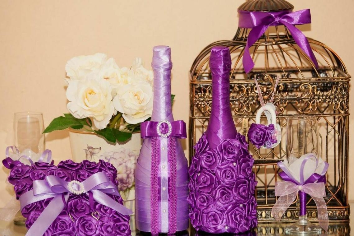 Красивый декор бутылок тканью в фиолетовых тонах