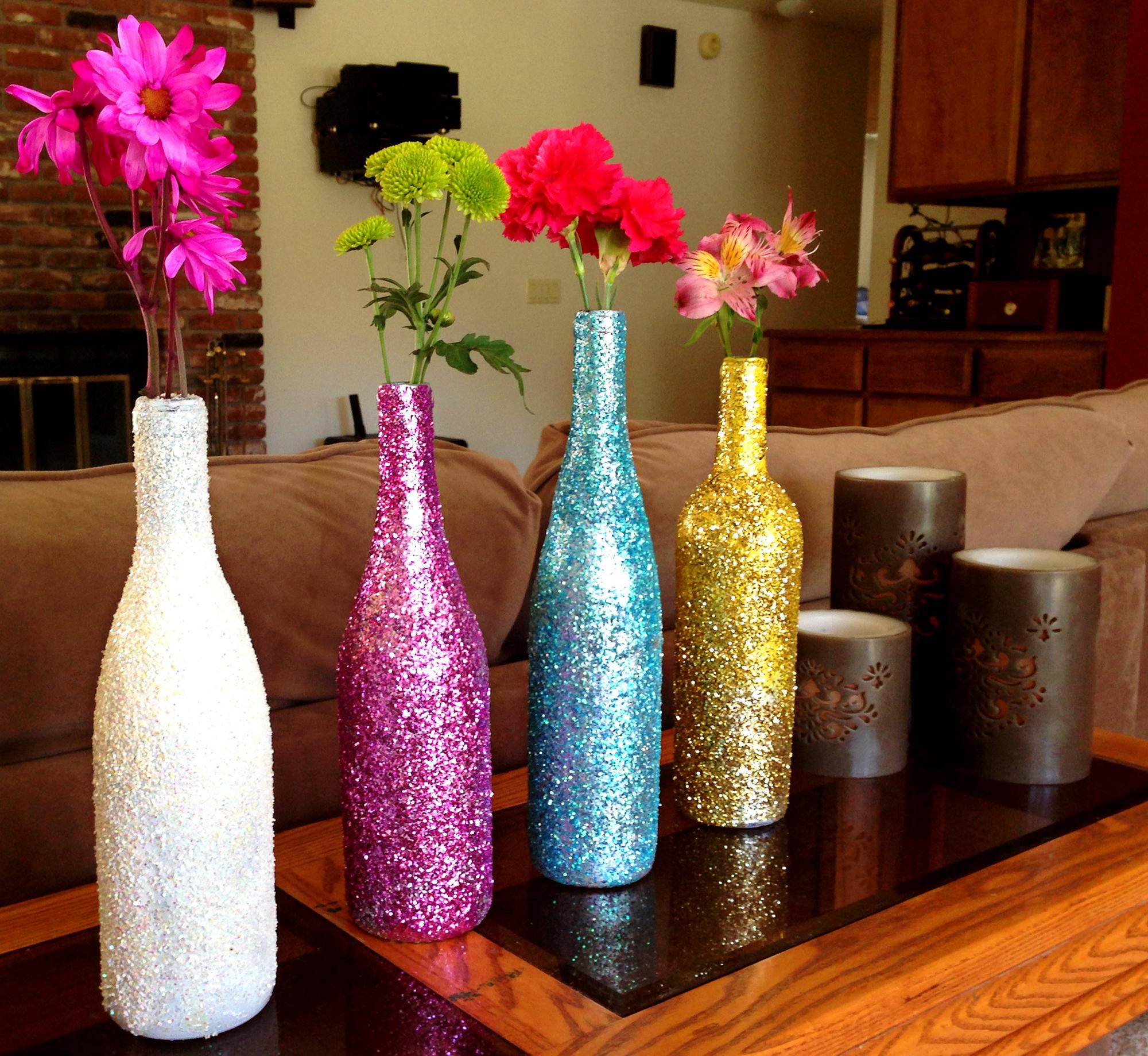 Бутылки, оформленные блестками, в интерьере гостиной