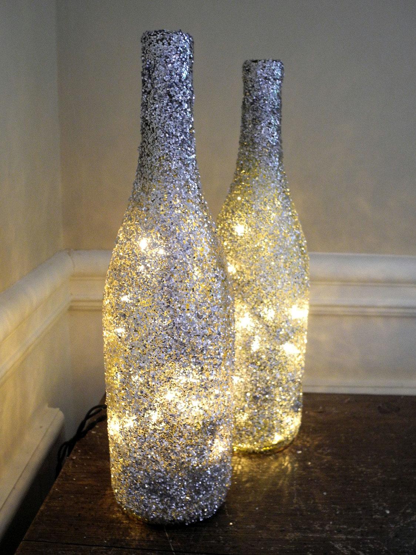 Красивое оформление бутылок блестками и гирляндами