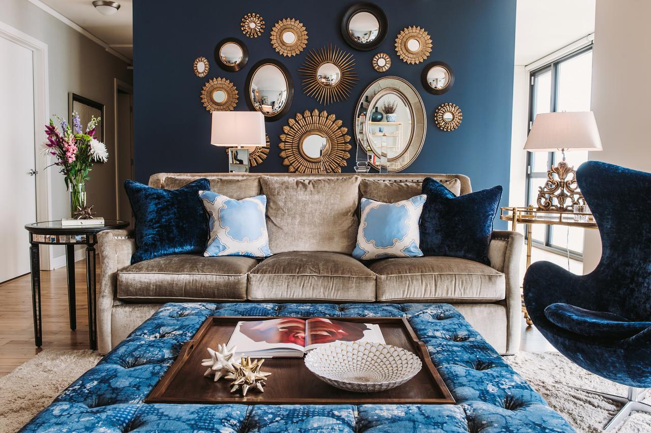 Декор стены гостиной зеркалами
