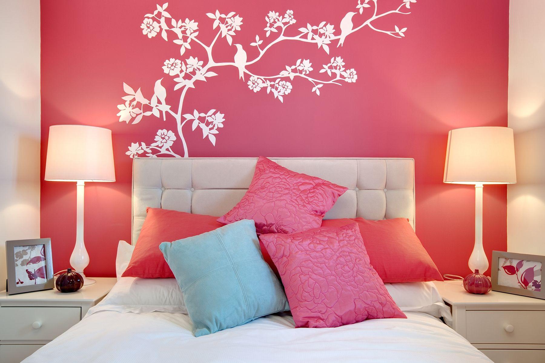 Декор стены спальни рисунком