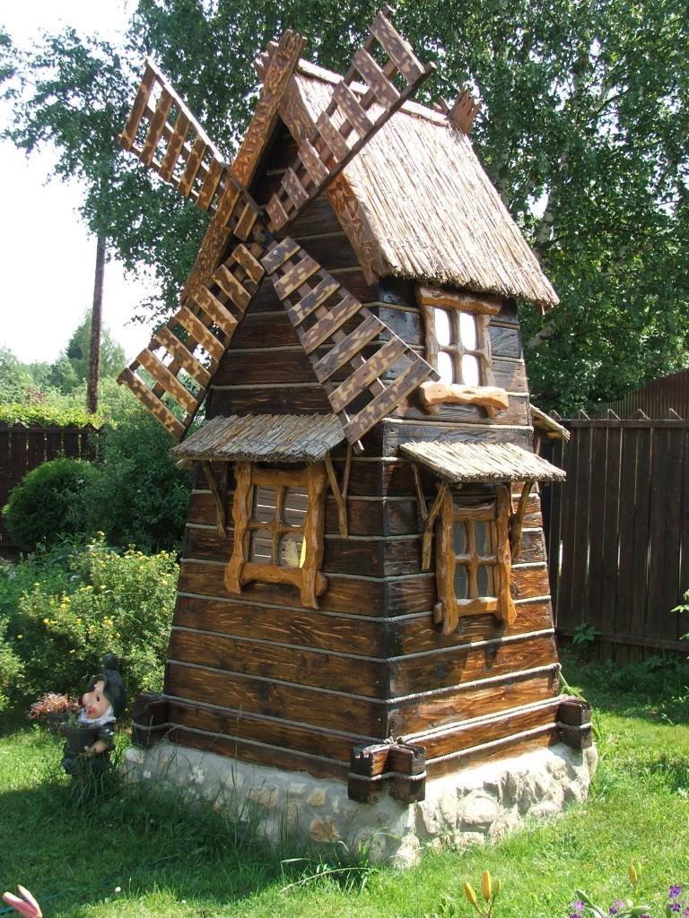 Деревянная мельница в саду
