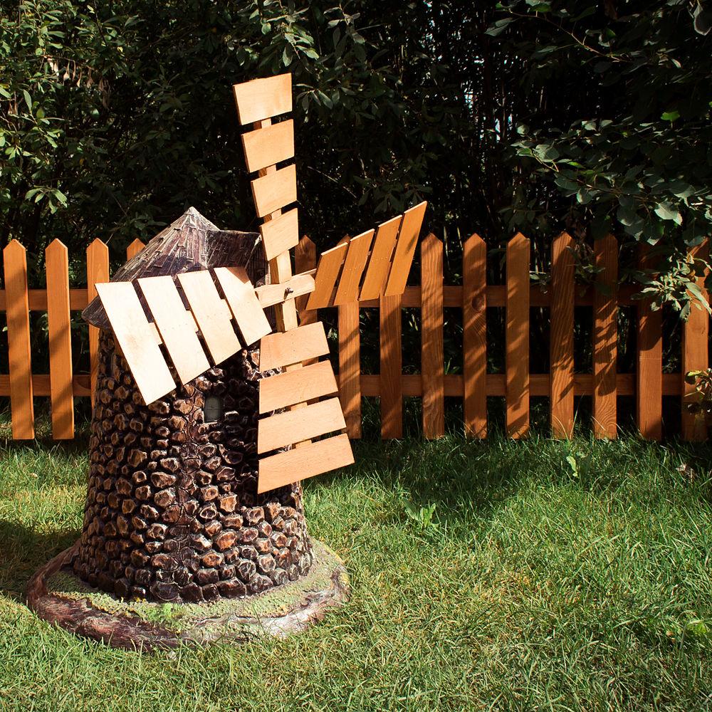 Декоративная маленькая мельница из металла и дерева для украшения участка