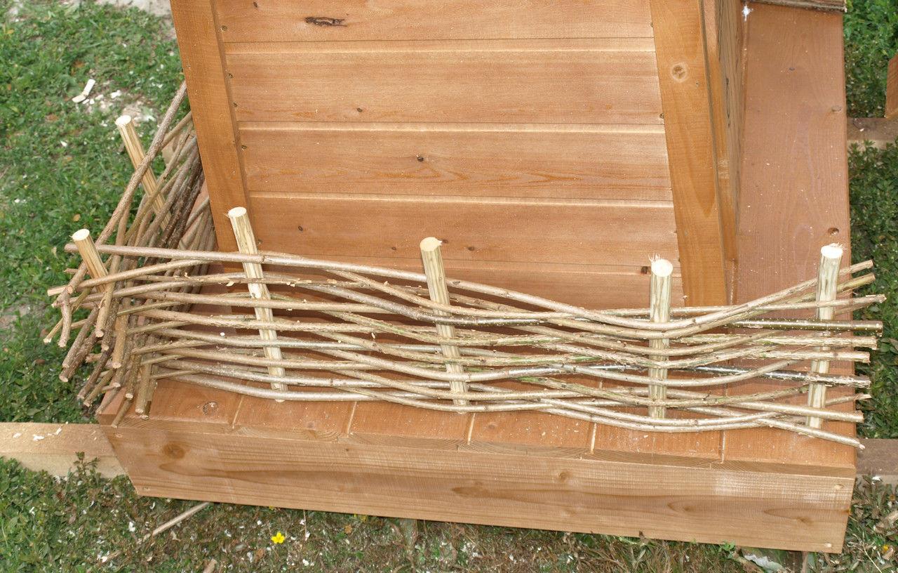 Красивый плетеный забор для мельницы