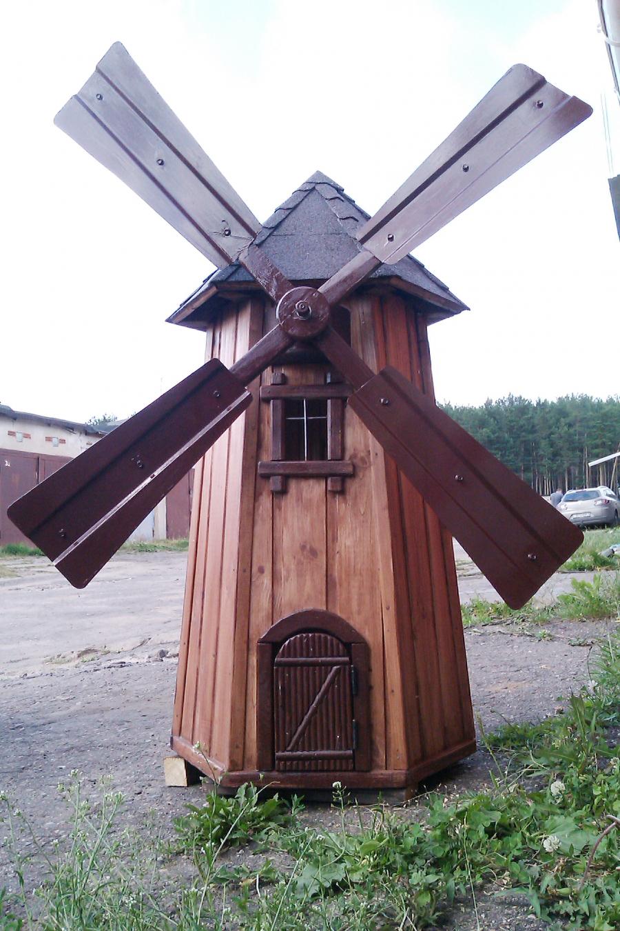 Красивая декоративная мельница из металла и дерева