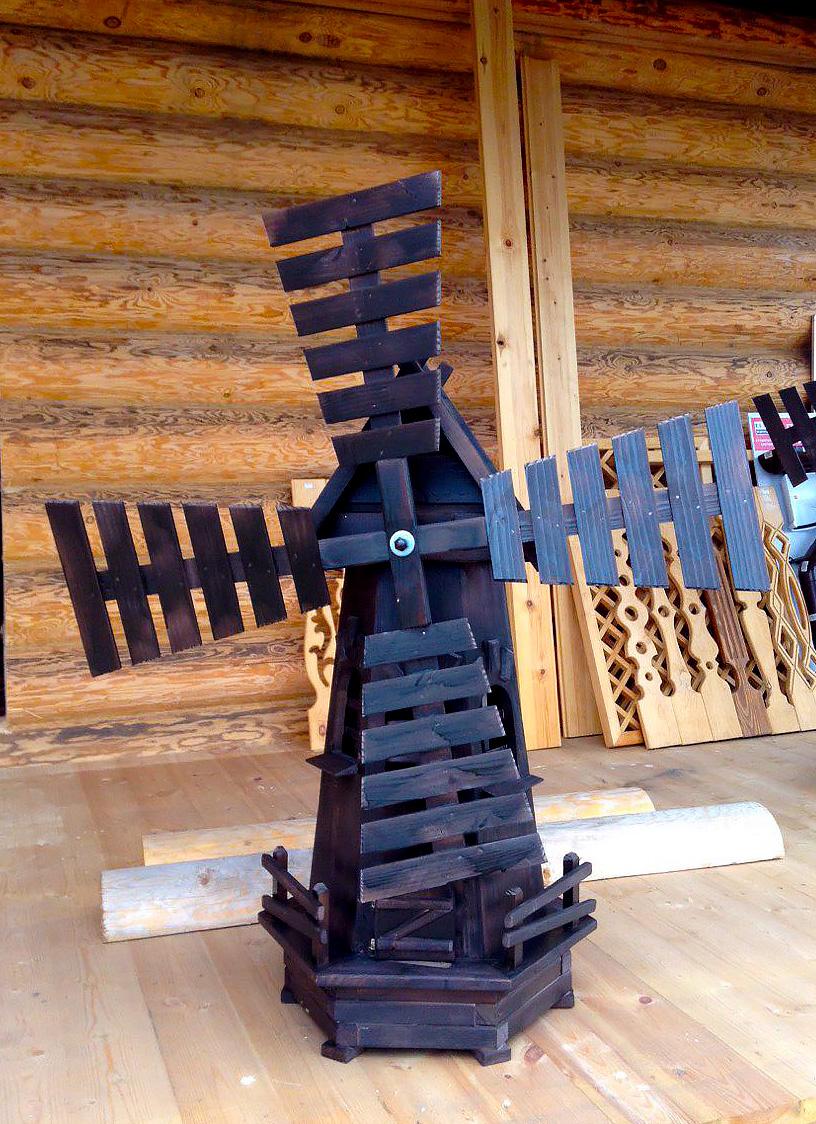 Черная декоративная мельница из дерева