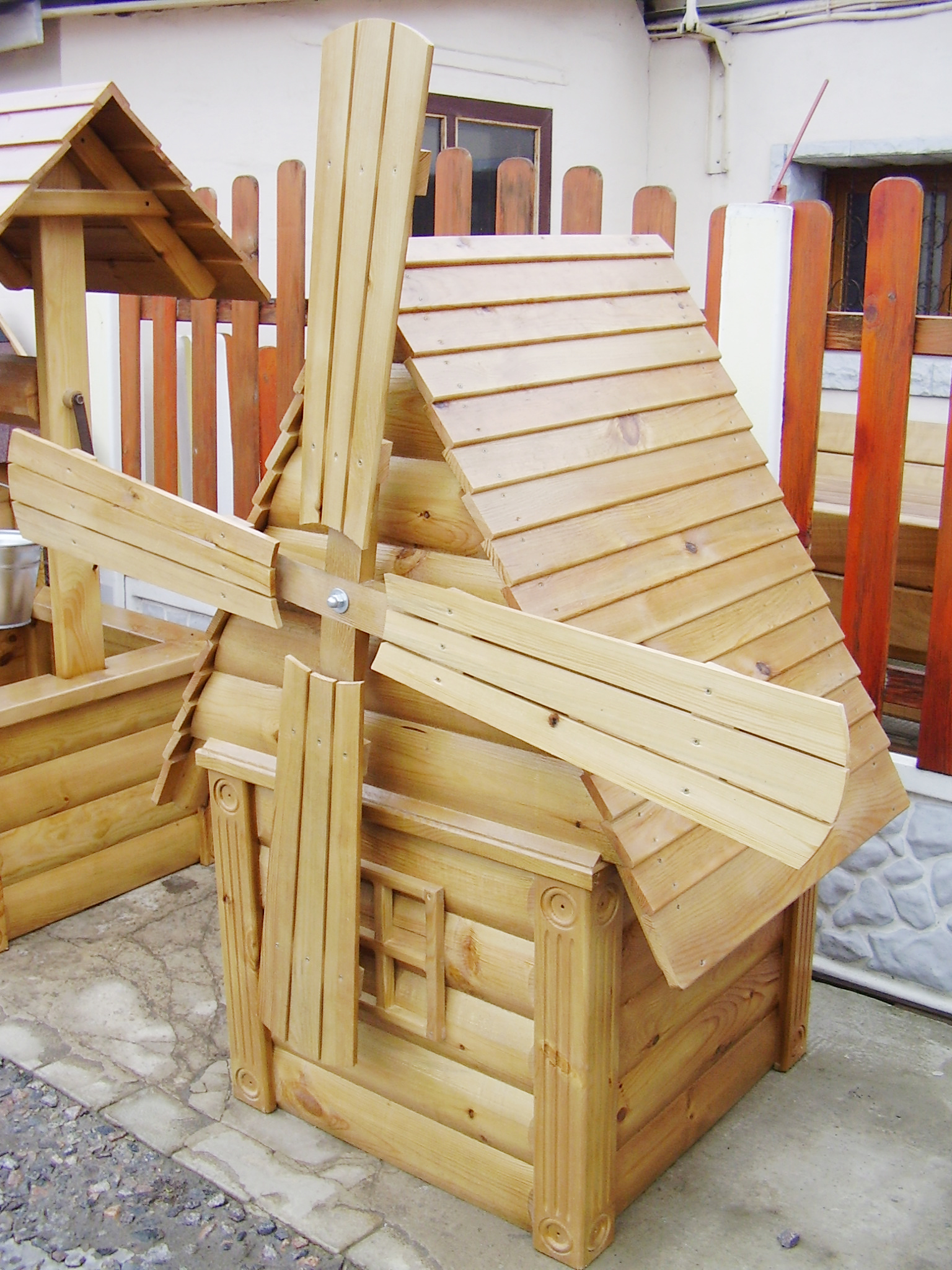 Декоративная мельница из светлого дерева для дачи