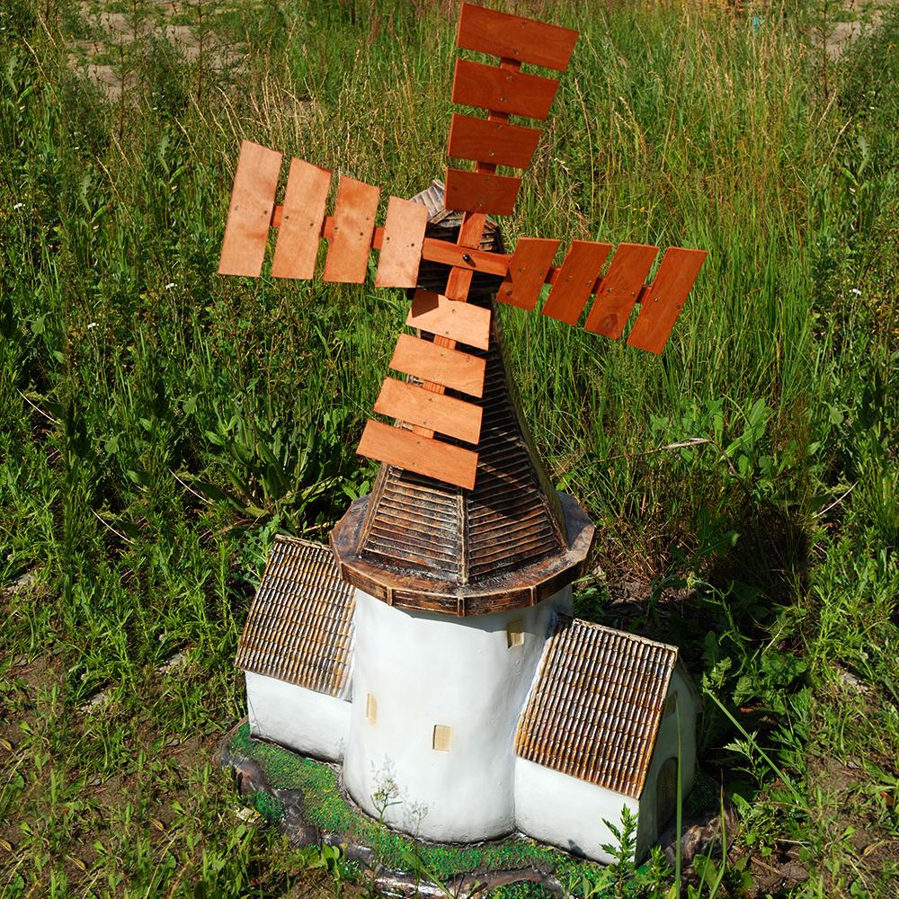 Декоративная небольшая мельница из металла и дерева для украшения участка