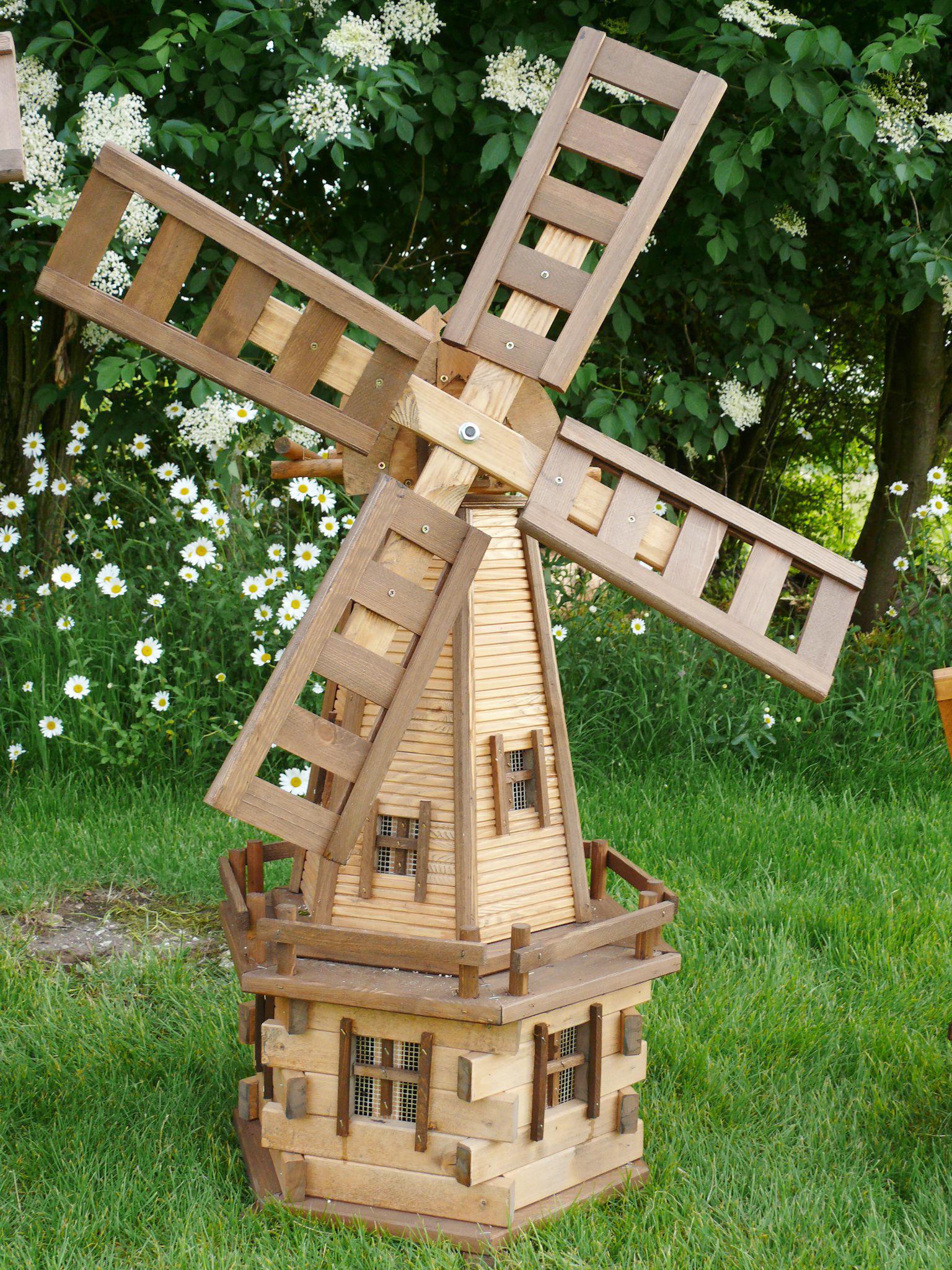 Красивая небольшая декоративная мельница на участке