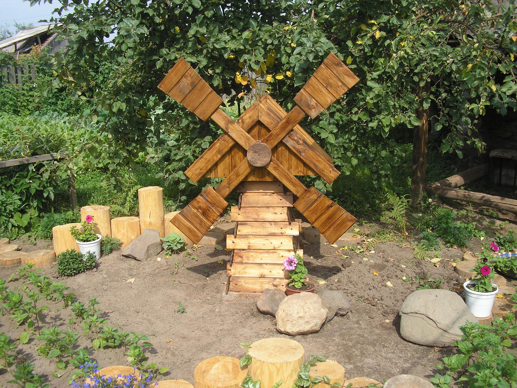 Декоративная мельница в экстерьере участка