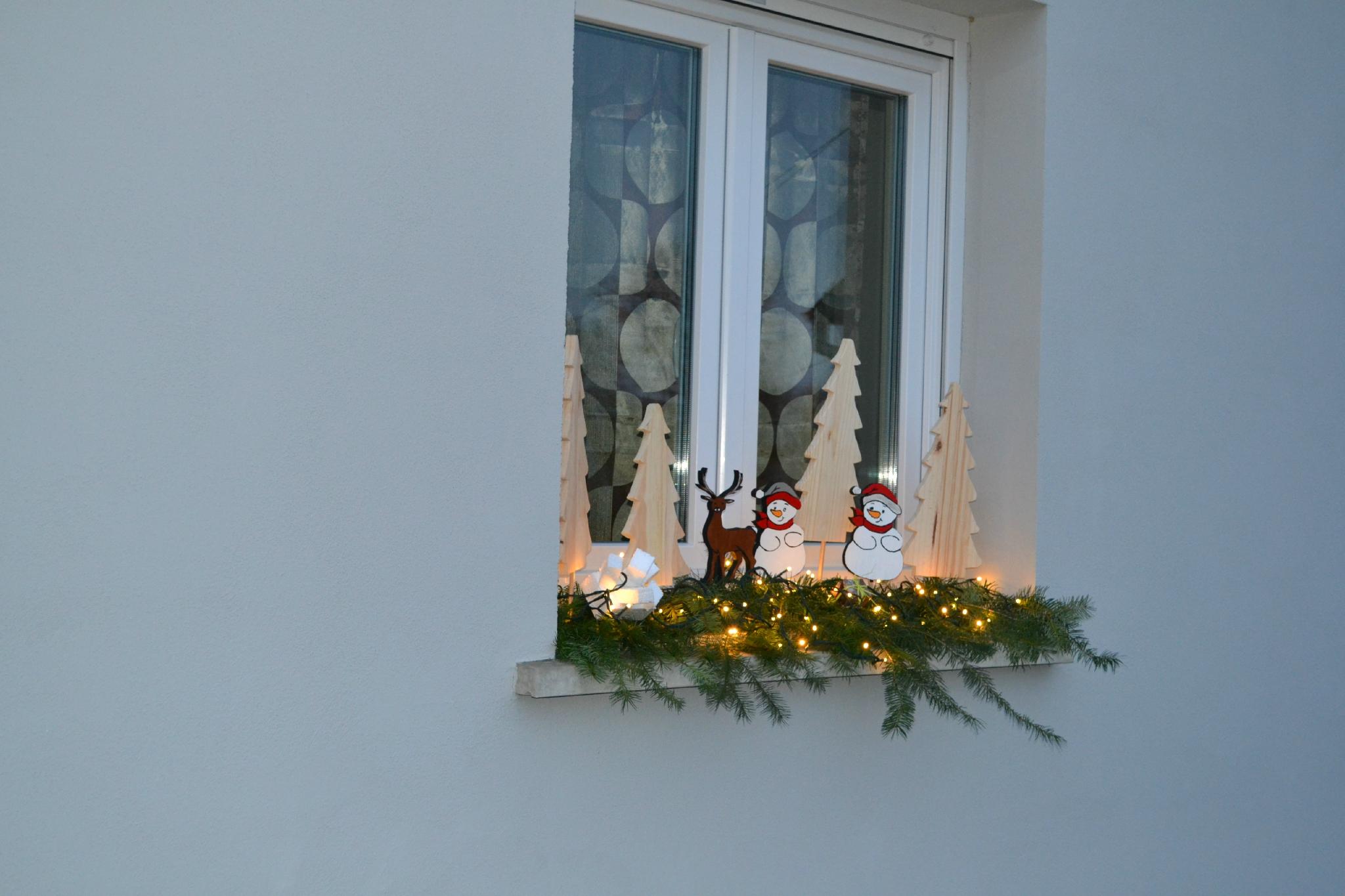 Украшение окон деревянными фигурками к новому году