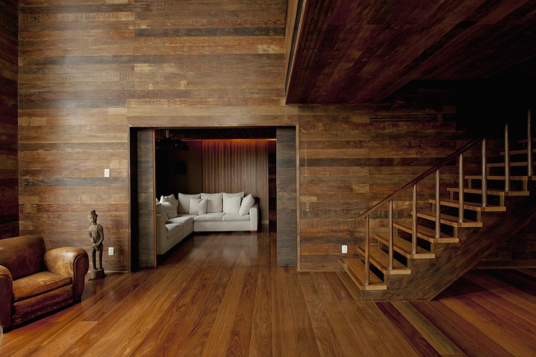 Современный интерьер с деревянной отделкой