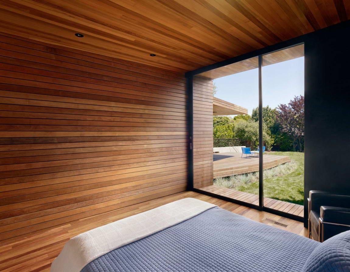 Деревянная отделка в современной спальне