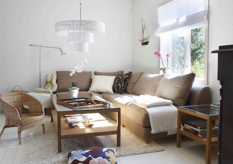 Светло-коричневый диван еврокнижка в гостиной