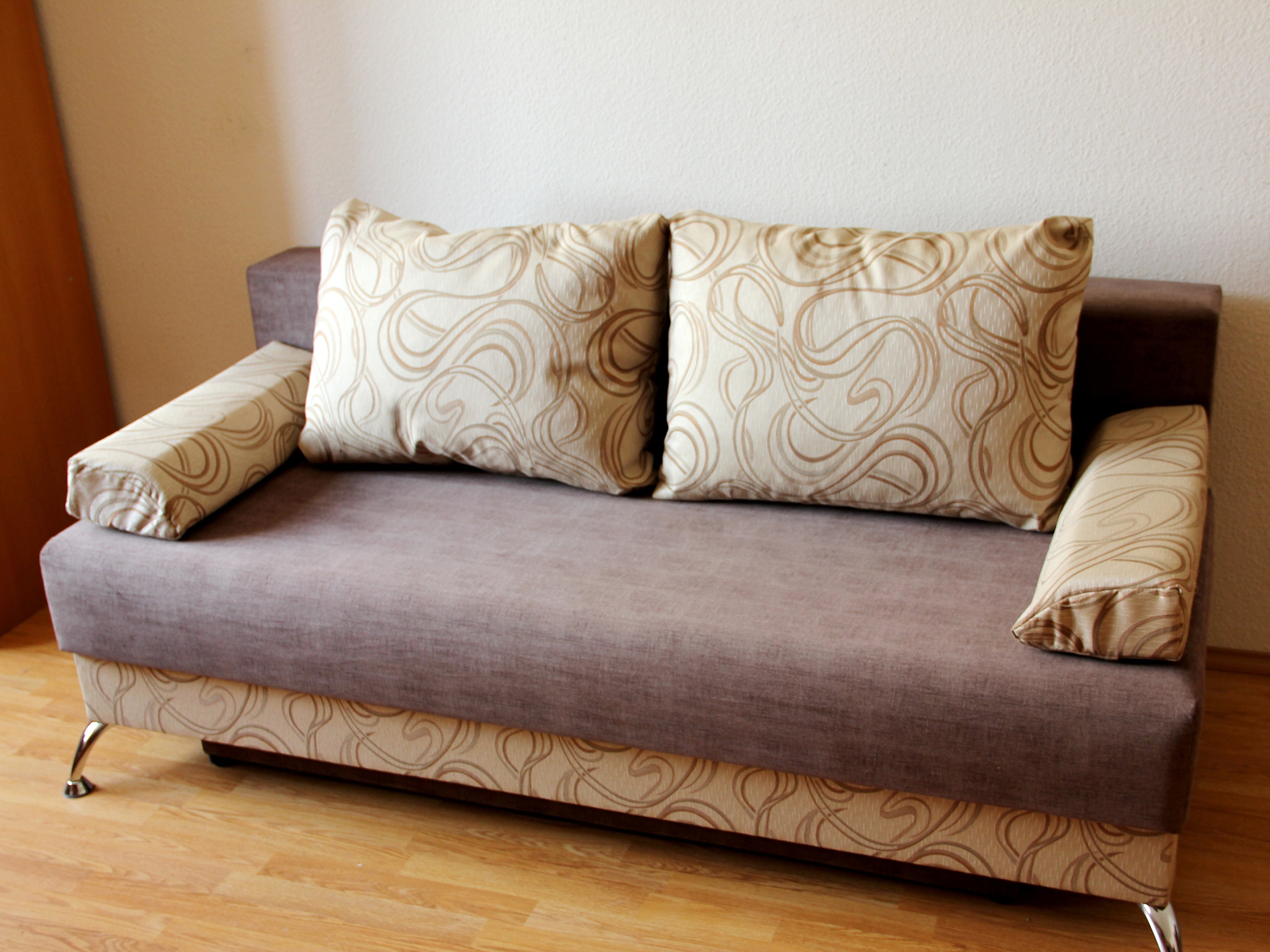 Экономичный коричнево-бежевый диван еврокнижка