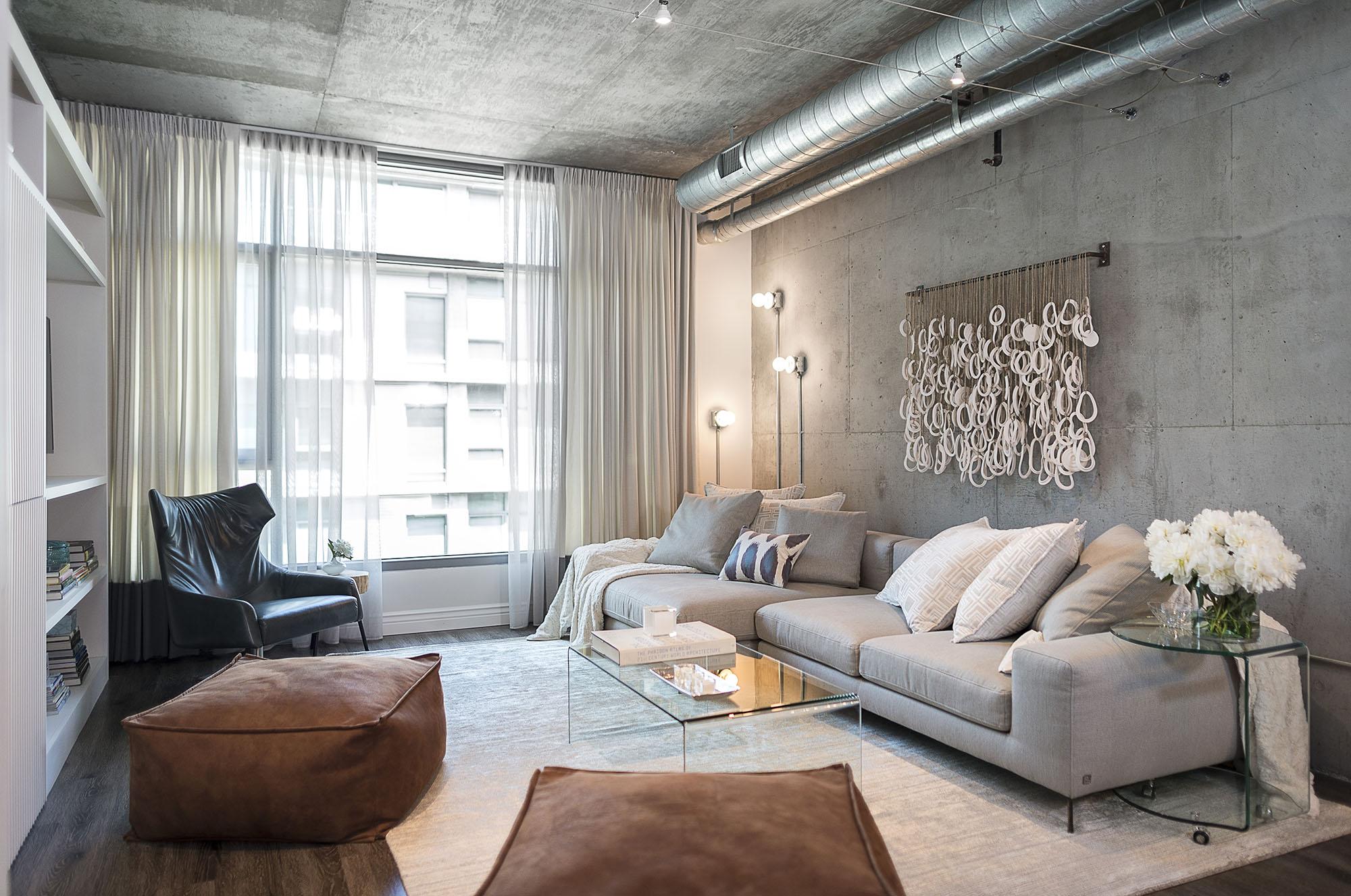 Серый диван в интерьере в стиле лофт