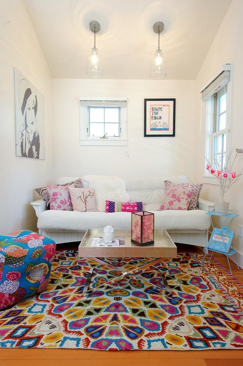 Белый диван в ярком интерьере