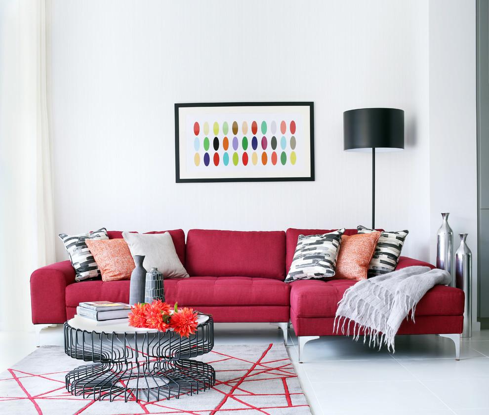 Красный диван еврокнижка в белой гостиной