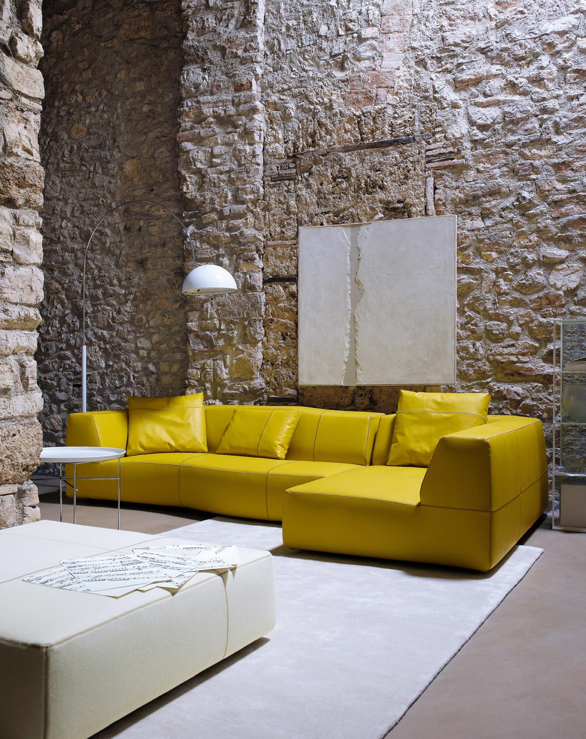 Желтый кожаный диван в интерьере