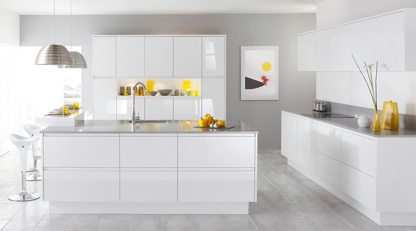 Большая бело-желтая кухня в стиле модерн