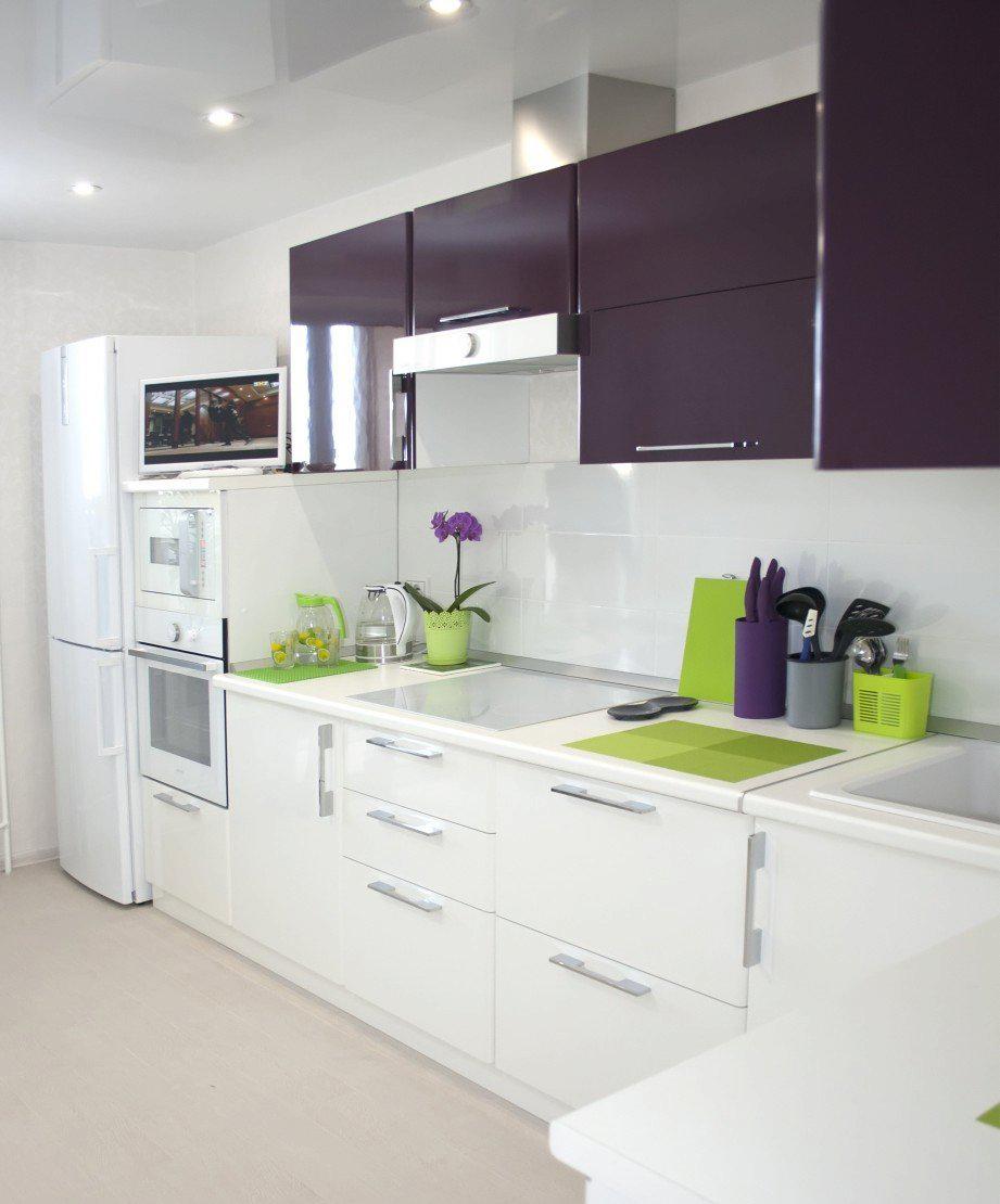 Белая кухня с фиолетовыми и зелеными акцентами