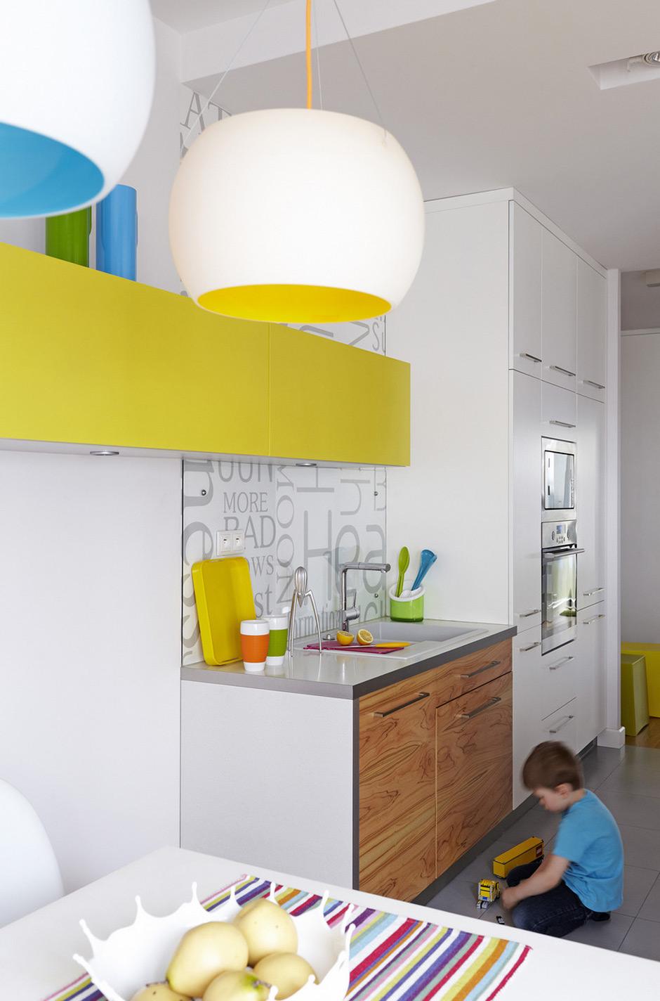 Белая кухня с желтыми и голубыми акцентами