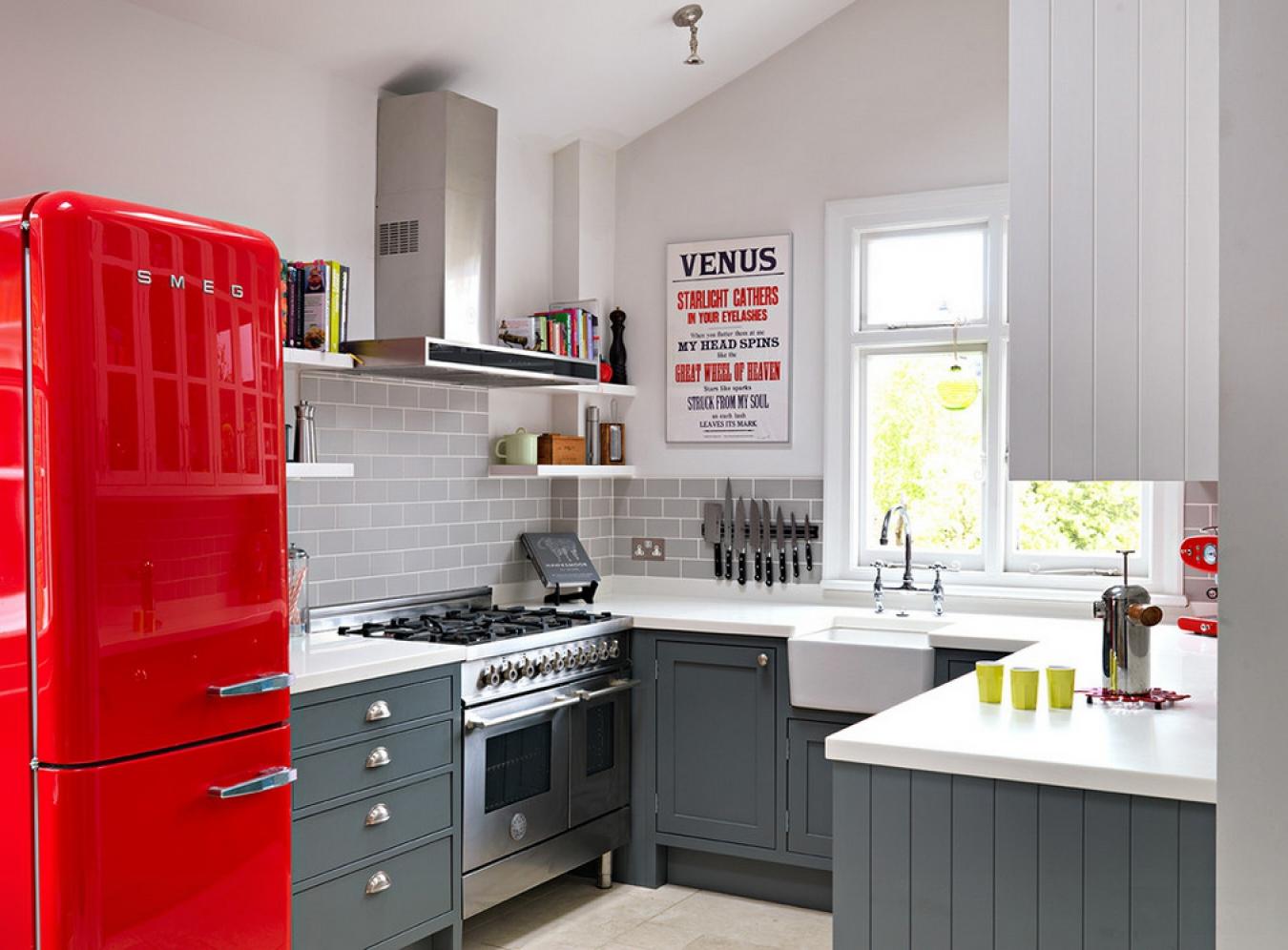 Бело-серая кухня с красными акцентами