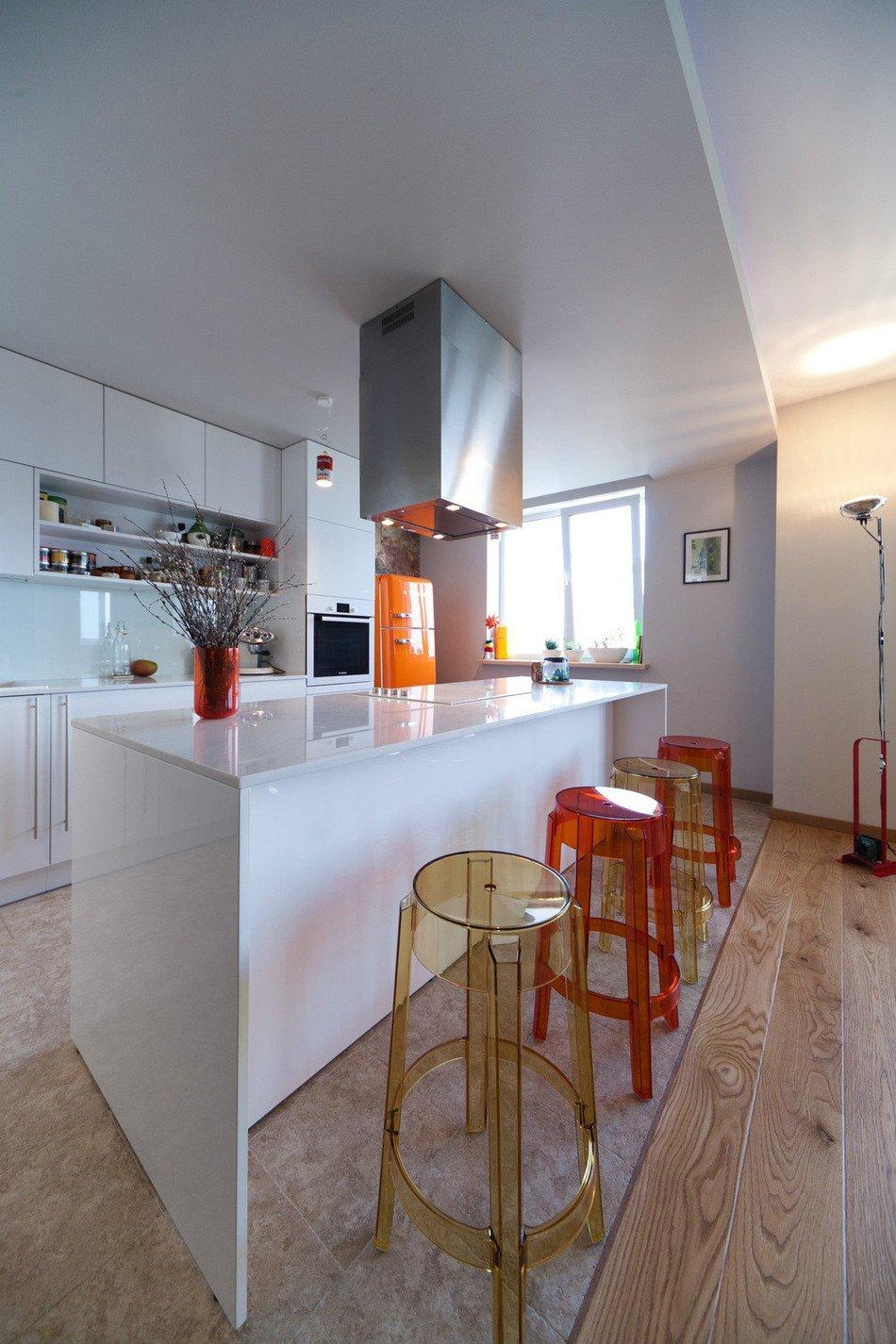 Белая кухня с красными и оранжевыми акцентами