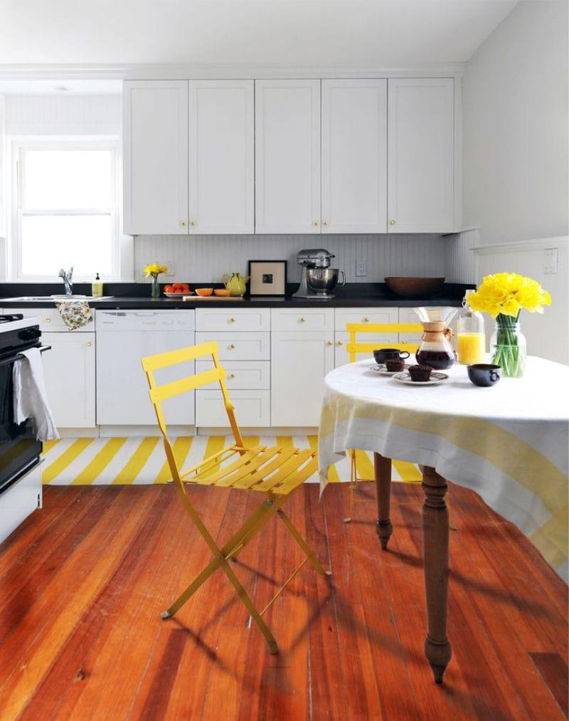 Белый, черный, желтый и коричневый цвета в дизайне кухни