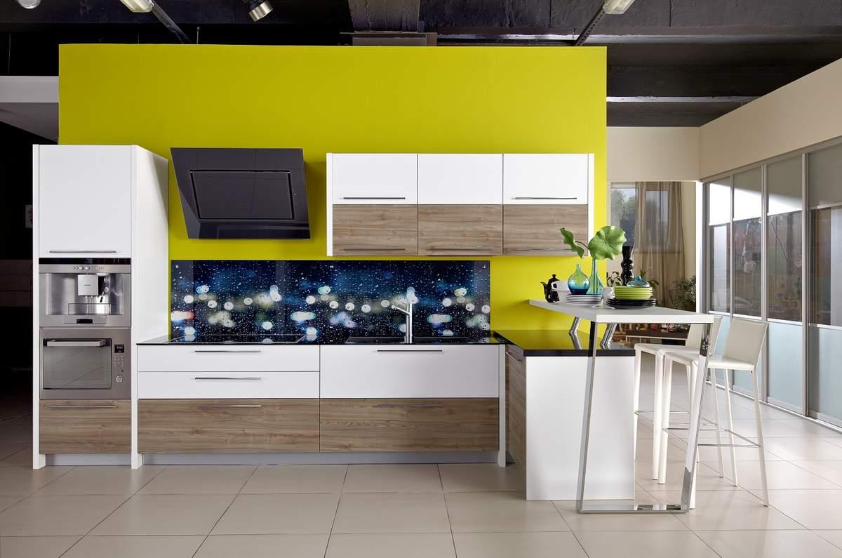 Белый, коричневый и оливковый цвета в интерьере кухни