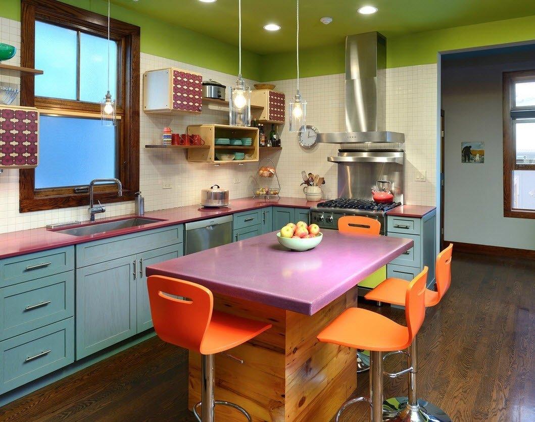 Яркая кухня 10 кв м с островом