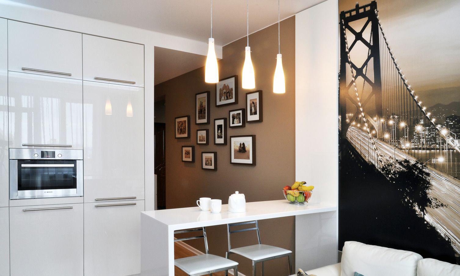 Коричнево-белая кухня 10 кв м с барной стойкой