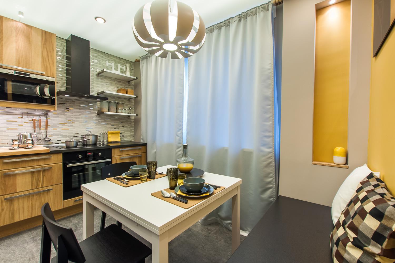 Уютная кухня с обеденным столом