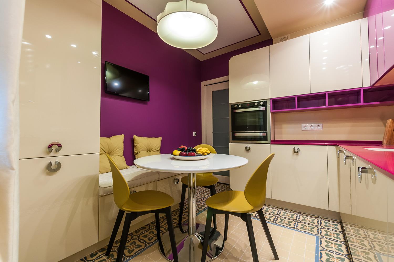 Фиолетово-желтые акценты на кухне